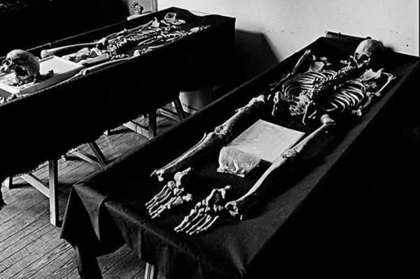 Cientistas da EAAF (equipe argentina de antropologistas forenses) tentam identificar restos mortais de dois desaparecidos políticos (Foto: João Pina / Buenos Aires, janeiro de 2012)