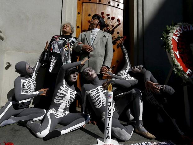 Ativistas fazem performance em frente à entrada do palácio presidencial, em Santiago, vestidos como o presidente deposto Salvador Allende e Veronica De Negri, mãe de um estudante que foi queimado vivo durante uma greve em 1986 (Foto: Reuters/Ivan Alvarado)