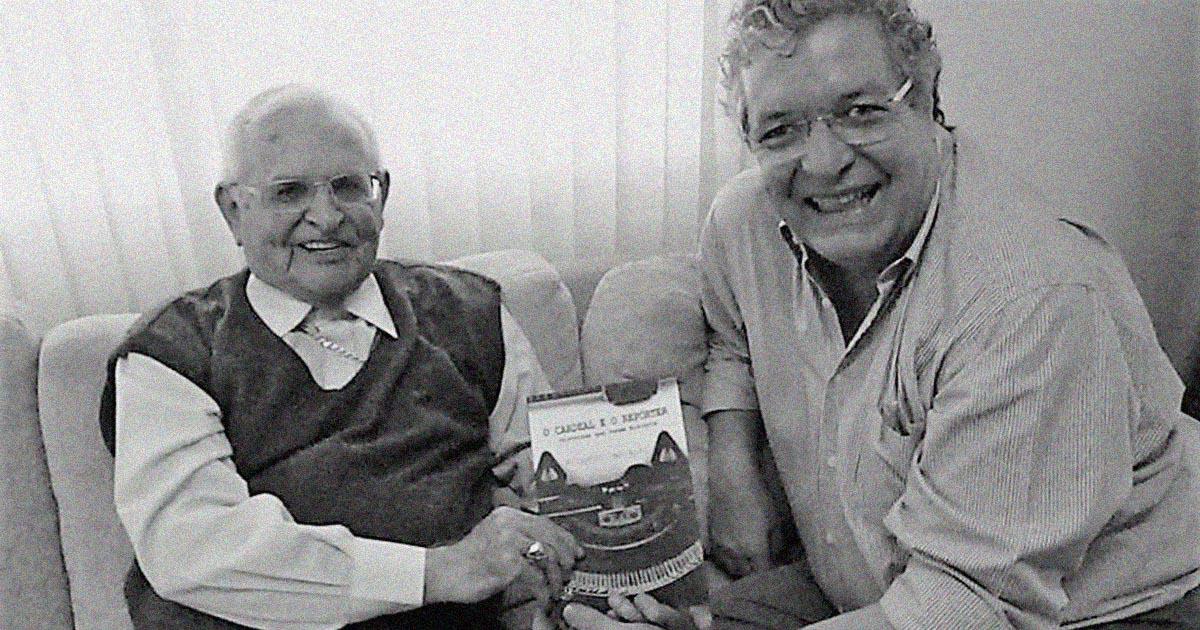 """Dom Paulo Evaristo Arns e Ricardo Carvalho com o livro """"O Cardeal e o Repórter"""""""